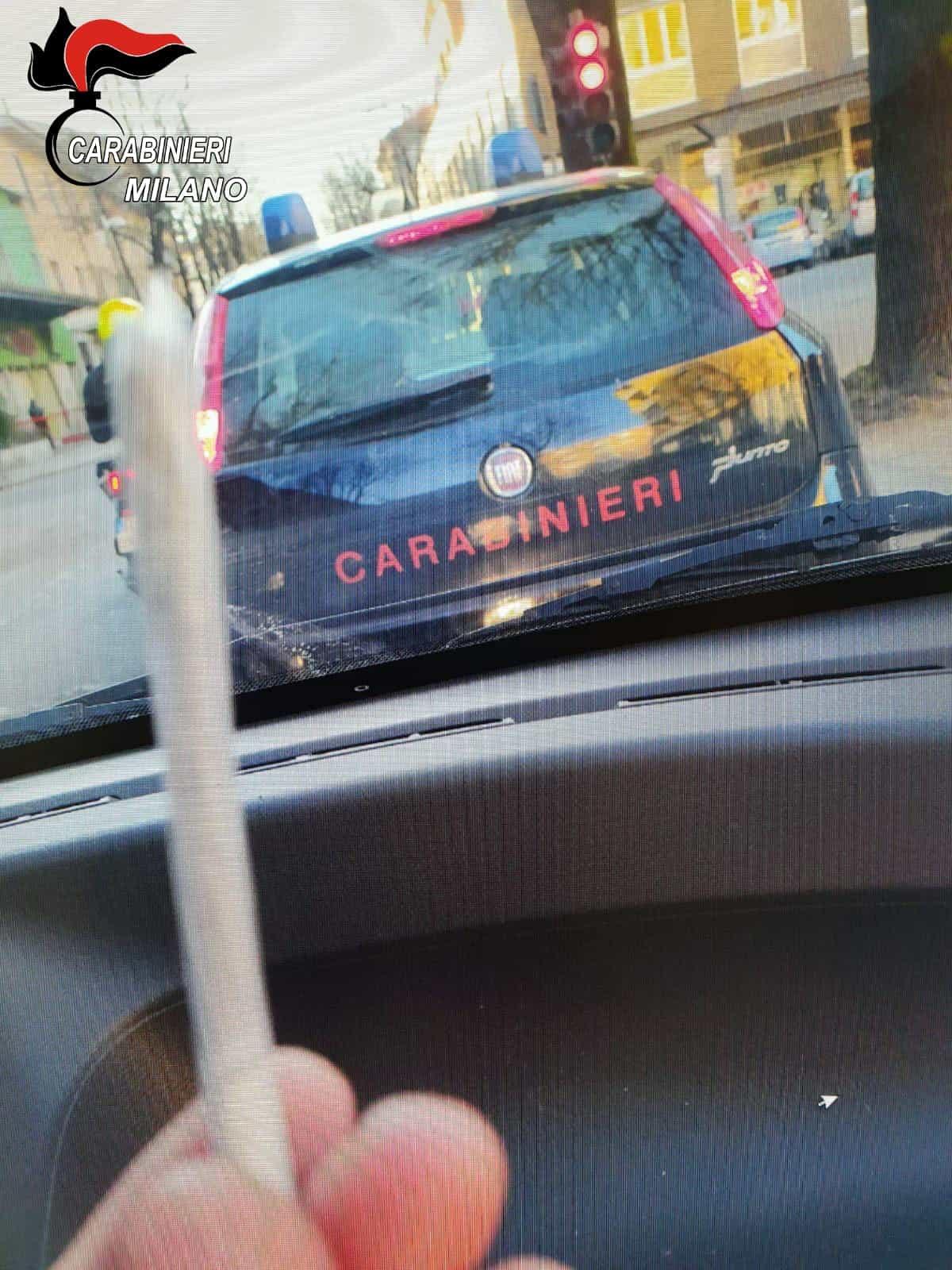 Foto spinello canna davanti ai carabinieri-2