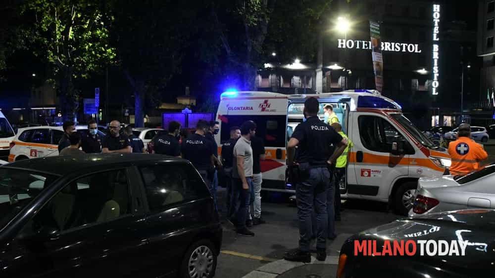 Il ragazzo che si abbassa le mutande per abbracciare una passante a Milano