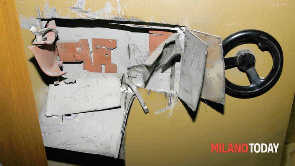 Maxi colpo al Carrefour, tagliano la cassaforte e rubano tutti i contanti