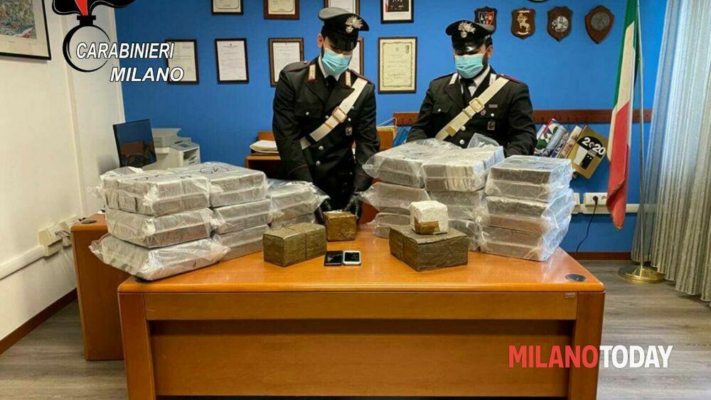 Milano, insospettabile fermato al casello: auto imbottita con oltre un quintale di droga