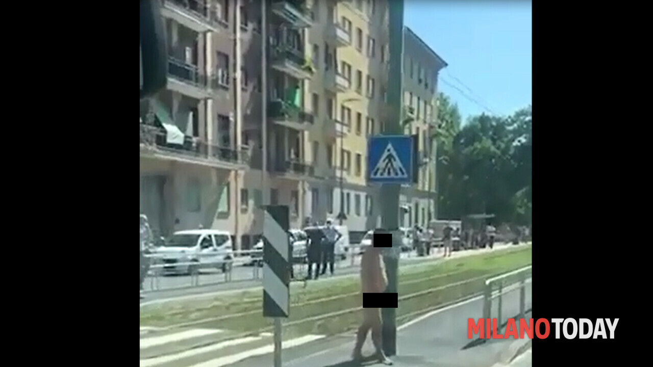 L'uomo che sale nudo sul tram a Milano