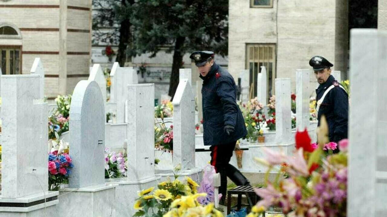 Sparò all'amante della moglie, 34 anni dopo lui gli punta contro la pistola nel cimitero