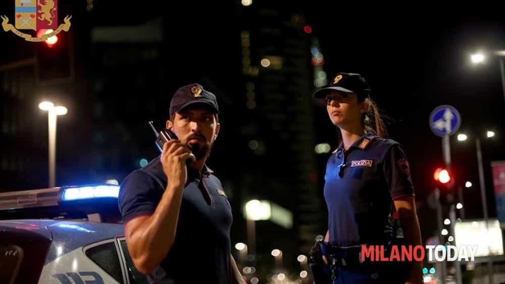 Milano, sfonda la vetrina del bar per rubare le caramelle e l'incasso: arrestato dalla polizia