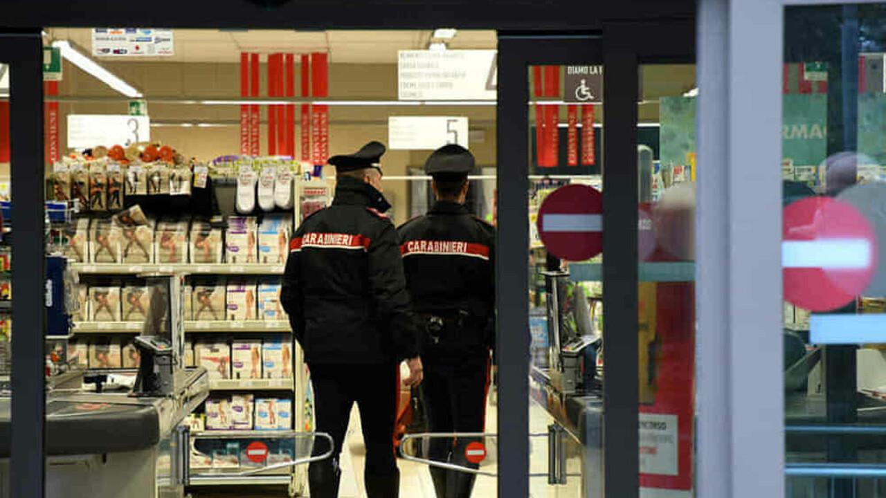 Il ladro che ruba 770 euro al Carrefour, ma prima di scappare si abbassa i pantaloni davanti a tutti