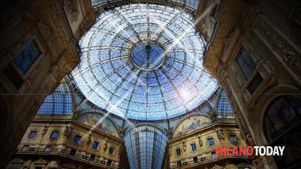 Milano per natale uno spettacolo di luci in piazza della scala foto