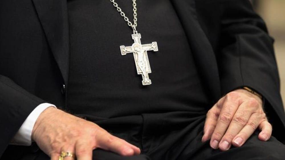 """""""Io, violentata dal prete quando ero in vacanza con l'oratorio"""": indaga la curia di Milano"""