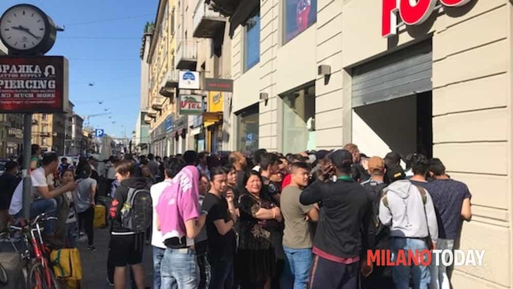 huge discount e8dab 1e78c Milano, in fila dalle 3 di notte per le scarpe Adidas da 220 ...
