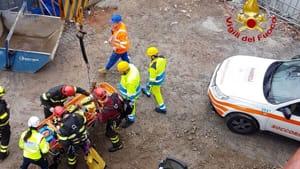 Incidente in un cantiere a Cassano D'Adda: tre operai cadono nella tromba dell'ascensore