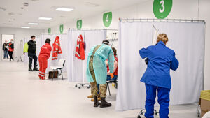 'Manca personale', 'aspettano le vostre visite': scontro con Roma sugli operatori per i vaccini