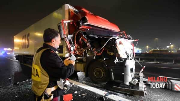 Incidente in tangenziale, autista investito da tir 16