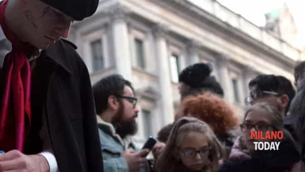 Achille Lauro, il rapper a sorpresa in una performance in piazza Duomo. Video