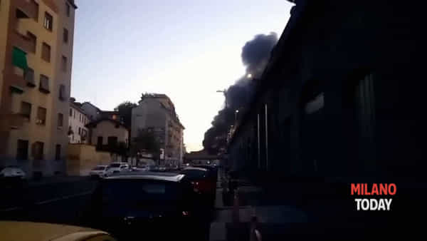 Incendio in Stazione Centrale a Milano: a fuoco un'area dismessa dove si rifugiano i clochard. Video
