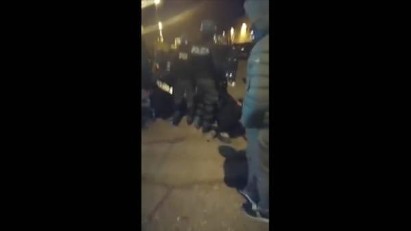 Sciopero fuori dalla Dhl a Carpiano, tensione tra lavoratori e polizia: due operai feriti. Video