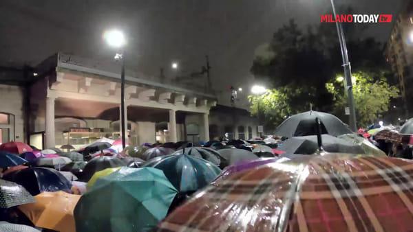 Milano, centinaia sfidano la pioggia per dare solidarietà a Liliana Segre e dire 'No all'odio'