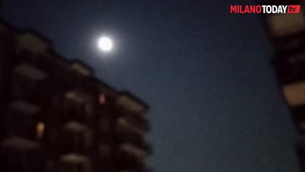 Tutti al balcone per la superluna: lo spettacolo nei cieli di Milano visto attraverso gli scatti degli utenti web