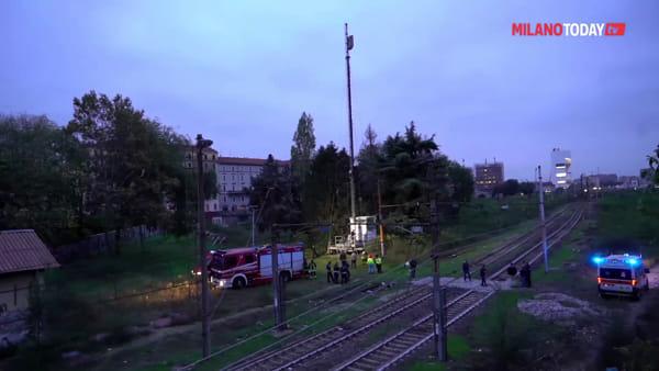 """Milano, uomo barricato su un traliccio a Porta Romana: """"Chiede giustizia per moglie e figlie"""""""