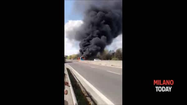 """San Donato, autista dà fuoco al bus: """"Voleva vendicare i morti in mare"""""""