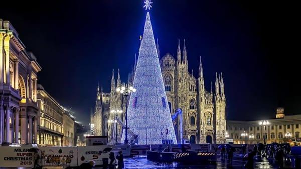 Albero Di Natale 7 Metri.Alto 37 Metri Con 81mila Luci E Ci Si Puo Entrare Ecco L Albero Di Natale In Duomo