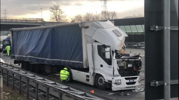 Schianto fra tre camion in autostrada: grave un uomo. Il video dei soccorsi