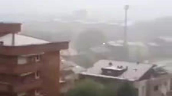 Grandinata nel Milanese: le strade sembrano piene di neve, il video del temporale