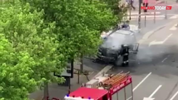Milano, auto in fiamme in piazzale Maciachini: esplosione e colonna di fumo