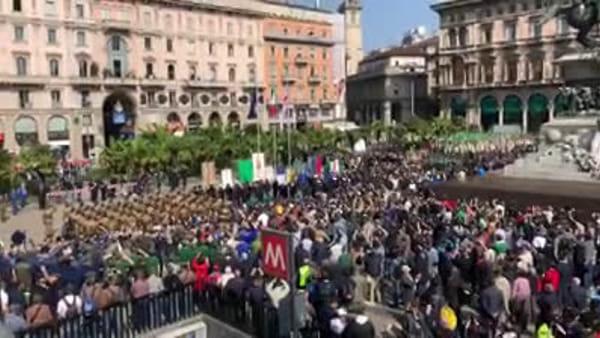 Inno d'Italia e alzabandiera in piazza Duomo: parte ufficialmente l'Adunata degli Alpini. Video