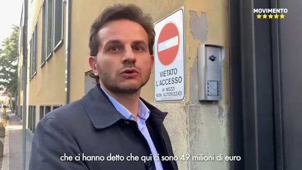 """Milano, M5S citofonano alla sede della Lega in via Bellerio: """"Sono qui i 49 milioni?"""""""