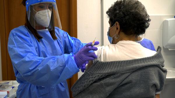 """Bertolaso: """"Se abbiamo dosi, entro giugno vaccini anti covid a tutti i lombardi"""""""