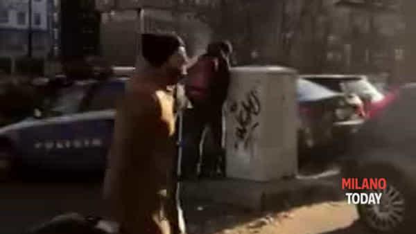 Milano, uomo fa pipì dietro all'auto della polizia: portato in commissariato