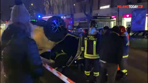 Incidente in piazza Piemonte a Milano, taxi si ribalta dopo un violento schianto: video
