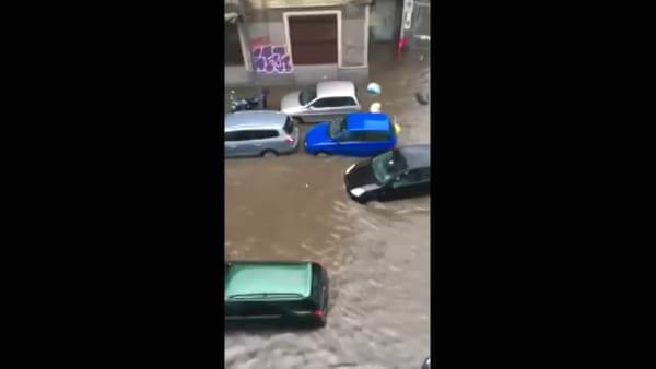 Milano sott'acqua per il nubifragio: vie come fiumi, auto bloccate e case allagate. Video