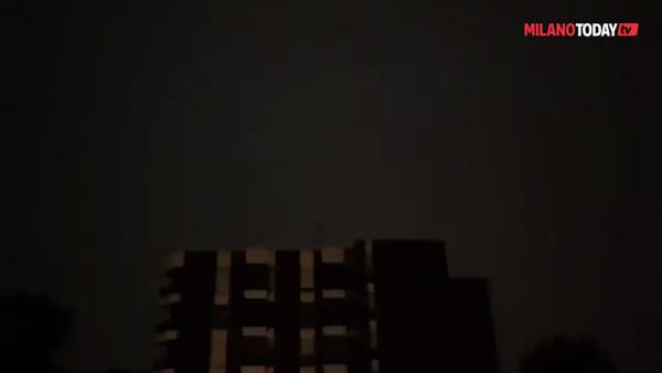 Milano, lampi e fulmini nella notte: il temporale visto attraverso i video degli utenti web