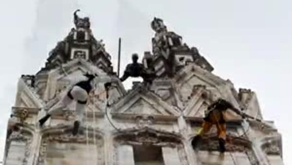 """Milano, ecco gli """"spider man"""" che puliscono il Duomo: gli operai rocciatori in azione. Video"""