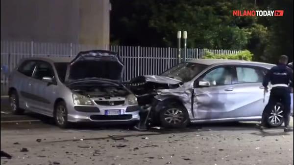 Milano, incidente in via Antonini: carambola tra tre auto, grave un bambino. Video