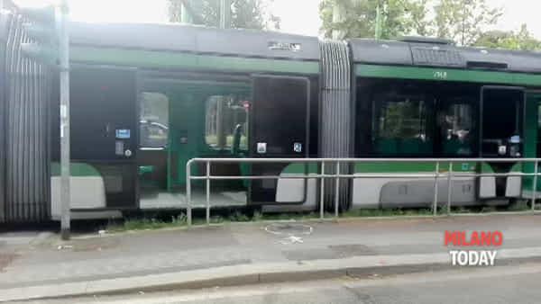 Milano, attraversa con il rosso in viale Fulvio Testi: donna travolta da un tram. Video