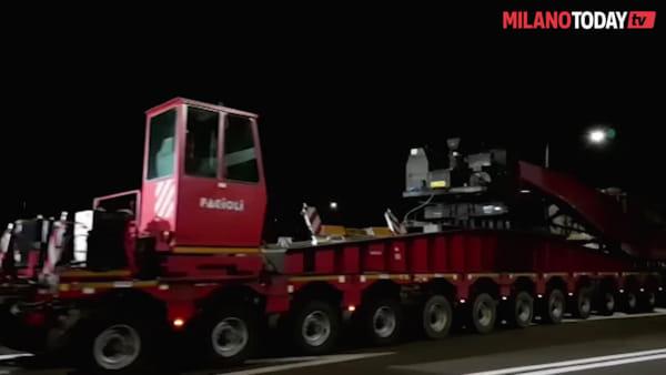 A Milano il trasporto eccezionale da record: lungo 76 metri per oltre 480 tonnellate di peso