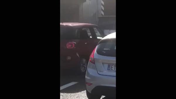 Incendio sulla Tangenziale Nord di Milano: Porsche devastata dalle fiamme. Il video