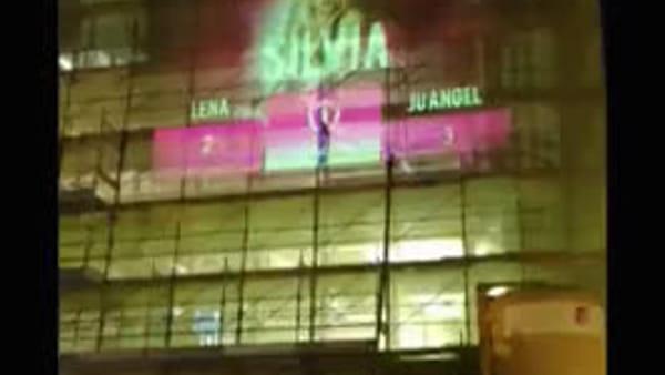 Milano, sul palazzo in centro nomi e foto delle escort (con la classifica). Video