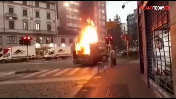 Incendio camion Amsa in centro a Milano: traffico in tilt in via Torino. Video
