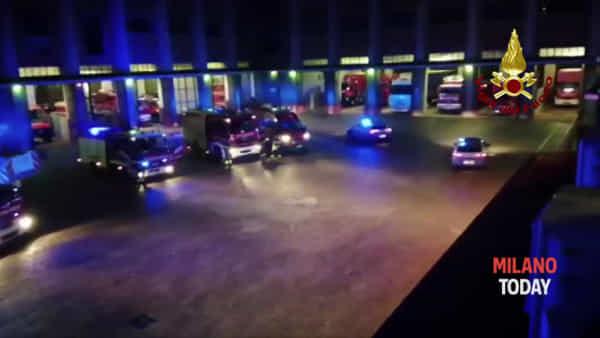 Milano, l'omaggio notturno della polizia ai vigili del fuoco per i pompieri morti nell'esplosione a Quargneto