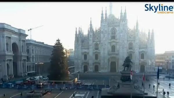 Milano saluta l'albero di Natale in piazza Duomo. Il time-lapse di Skyline Webcams