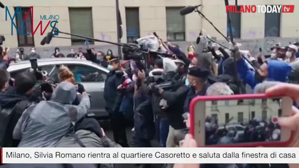 Milano, Silvia Romano rientra al quartiere Casoretto e saluta dalla finestra di casa