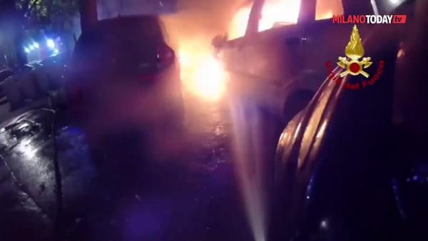Milano, via Barbavara: nove auto a fuoco nella notte, intervengono i vigili del fuoco