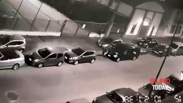 """Ladri d'auto in azione a Milano: ecco il video del furto """"in diretta"""" e l'arrivo della polizia"""
