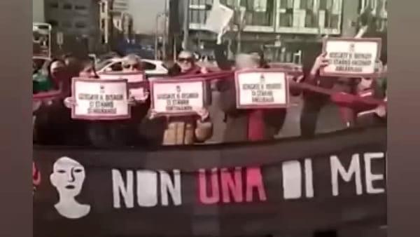 """Milano, donne bloccano le auto fuori dalla stazione: """"Scusate il disagio, ci stanno ammazzando"""""""