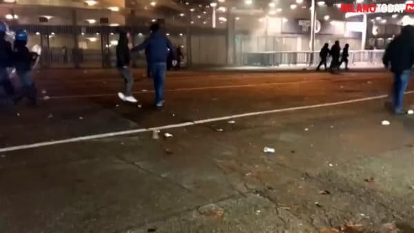 Scontri prima di Atalanta-Dinamo, tafferugli tra tifosi fuori dal Meazza: 5 feriti. Video