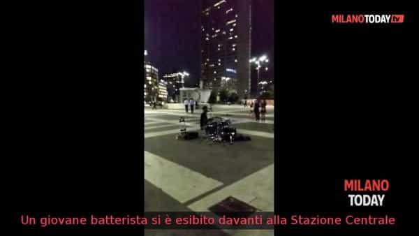 """Il batterista """"fuori posto"""" in Stazione Centrale"""
