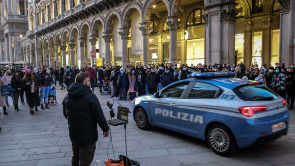 La folla in centro a Milano lo scorso weekend - Foto Ansa