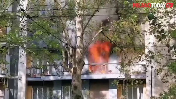 Milano, il video dell'impressionante incendio in viale Romagna: evacuati i residenti