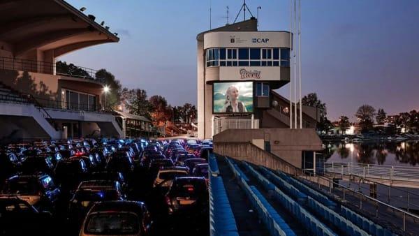 Milano come gli Stati Uniti: ecco il cinema drive-in con i film da guardare in auto